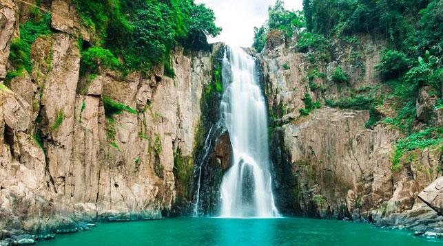 В Таиланде российский турист упал с водопада, делая селфи