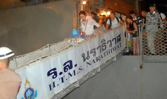 ВМФ Таиланда помогает туристам покинуть Ко Рача Яй
