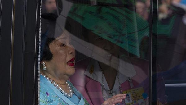 Королеву Таиланда доставили в больницу с высокой температурой