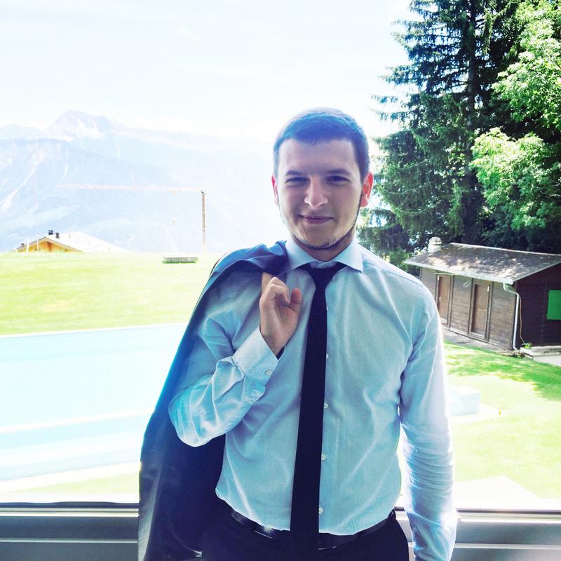 Традиции семьи: Зачем человеку с двумя дипломами работать официантом