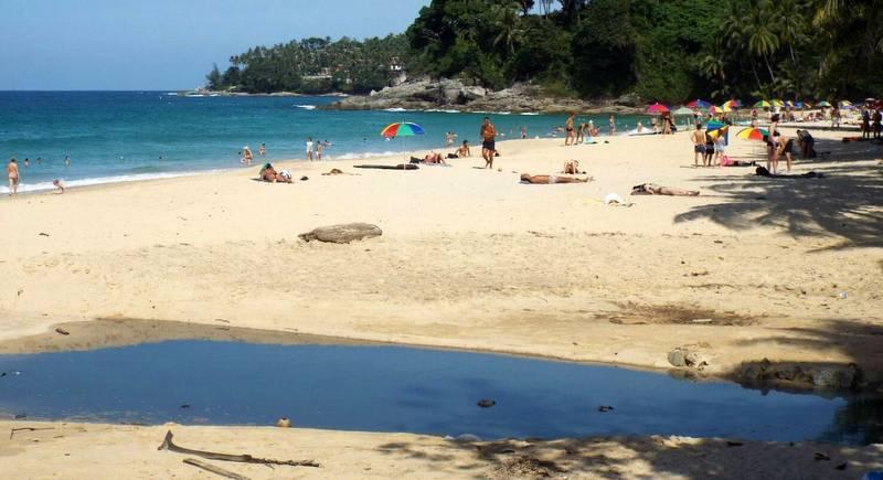 Черная вода снова замечена на Сурине.  Местные жители требуют решить проблему сточных вод на пляже Сурин
