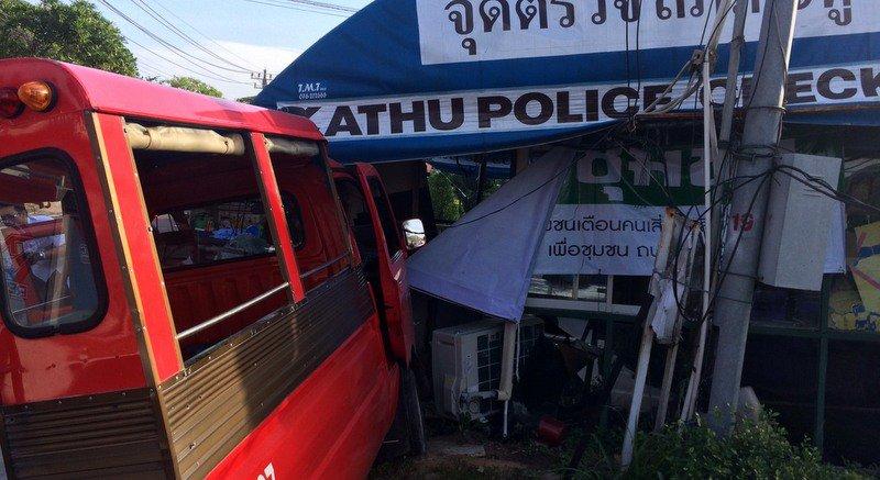 Тук-тук протаранил КПП полиции в Кату  утром 23 января. В полиции полагают, что 81-летний водитель тук-тука мог просто заснуть за рулем