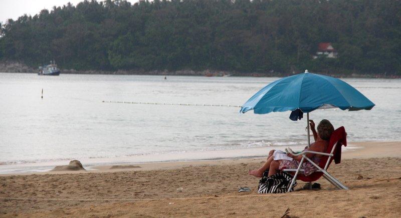 Туристам на пляже Ката напомнили о запрете приносить лежаки