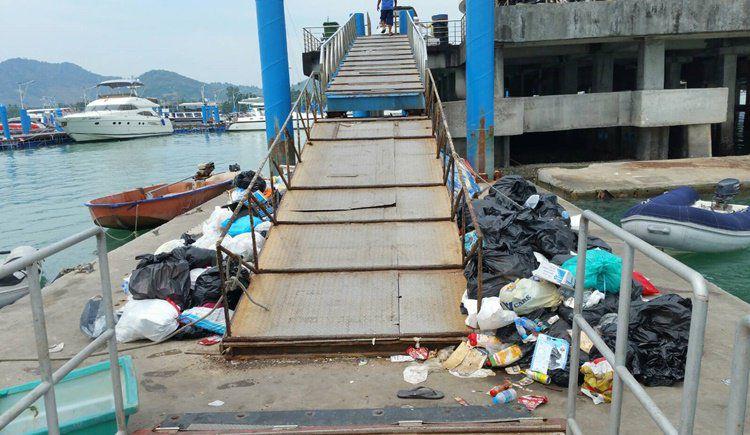 Горы мусора на пирсе Чалонга привлекли внимание соцсетей  Фотографии мусора на пирсе Чалонга начали расходиться по социальным сетям, но ни одно из официальных ведомств пока не взяло на себя ответственность за уборку