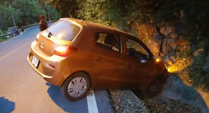 Полиция ищет иностранцев, бросивших машину в кювете после аварии. По словам очевидцев, двое сбежавших с места ДТП мужчин могли быть россиянами