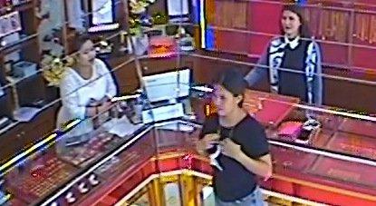 Полиция ищет подозреваемую в серии краж из ювелирных магазинов