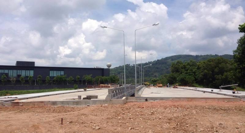 Мост через озеро и дорогу позади King Power откроют после Сонгкрана