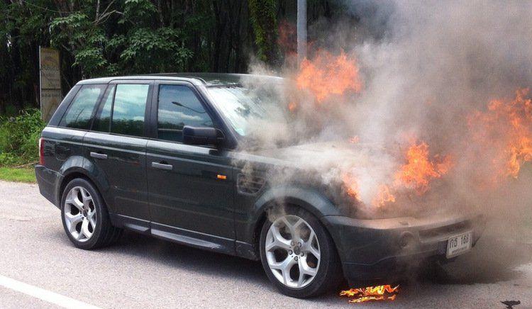 Range Rover загорелся на главном шоссе острова.  Находившаяся за рулем женщина не пострадала, но машины выгорела полностью. Возгорание могло произойти из-за неисправности проводки