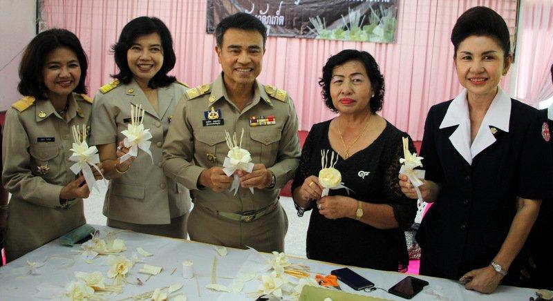 Губернатор Пхукета Норрапхат Плодтхонг принял участие в мастер-классе по изготовлению ритуальных цветов док май джан, подношение которых является элементом ритуала кремации по традициям тайских буддистов