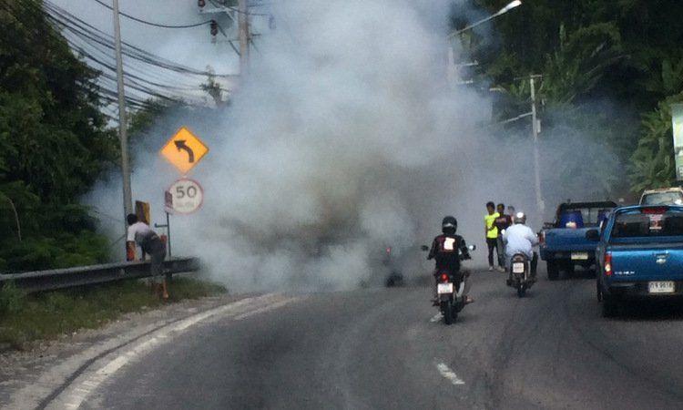 Дымящийся пикап не осилил перевал в Патонге.  Шеф полиции Патонга обратился к водителям с просьбой адекватно оценить возможности своих транспортных средств при поездках по горной дороге в Патонге