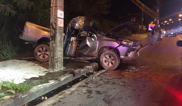 Автомобиль с гражданином Китая за рулем врезался в мачту электропередач на обочине Thepkrasattri Rd. в ночь на 20 июня