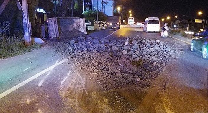 Перевозивший землю грузовик перевернулся на шоссе Bypass Rd. вечером 20 июня. Причиной аварии стало лопнувшее у грузовика колесо. В ходе ДТП никто не пострадал