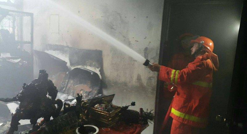 Пожаре в небольшом ресторане Khao Gang Pa Noi Restaurant у храма Wat Manik.  Причиной пожара стала ненадежное электрооборудование и плохое состояние крыши самого здания.
