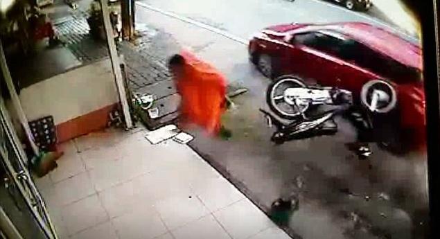 Буддистского послушника едва не сбило машиной в Чернг-Талей