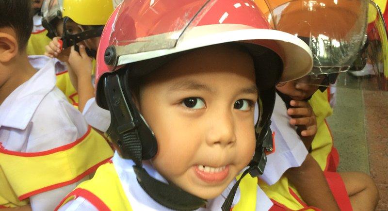 Детские шлемы учащимся начальной школы и воспитанником дошкольной группы были вручены на церемонии 30 июня. Мотошлемы были закуплены в рамках благотворительного проекта Helmet from Heart Safety to Kids