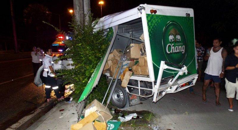 Пикап с грузом пива Chang попал в аварию на Thepkrasattri Rd. около 2:30 ночи 5 июня. ДТП произошло на известном высокой аварийностью участке в районе храма Tha Ruea к югу от памятника Героиням