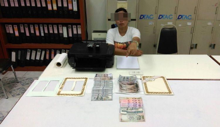 Полиция Пхукет-Тауна задержала на воскресной ярмарке на Таланг-Роуд женщину с поддельной банкнотой в 1000 бат. Еще больше фальшивок было найдено у нее дома
