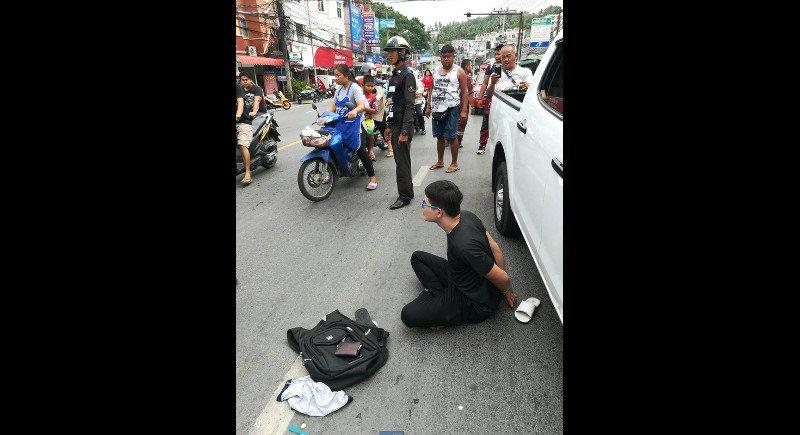 Полиция Пхукета задержала 30-летнего Касамсона Кинкома за хранение оружия и наркотиков, после того как он был остановлен за проезд на красный свет.  Касамсон проигнорировал запрещающий сигнал светофора на пересечении Patak Rd. и Taina Rd. в Кароне
