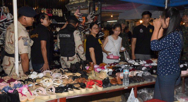 На двух туристических рынках Пхукета изъяли контрафакта на 800 тыс. бат. По словам проверяющих, было обнаружено три киоска с контрафактом