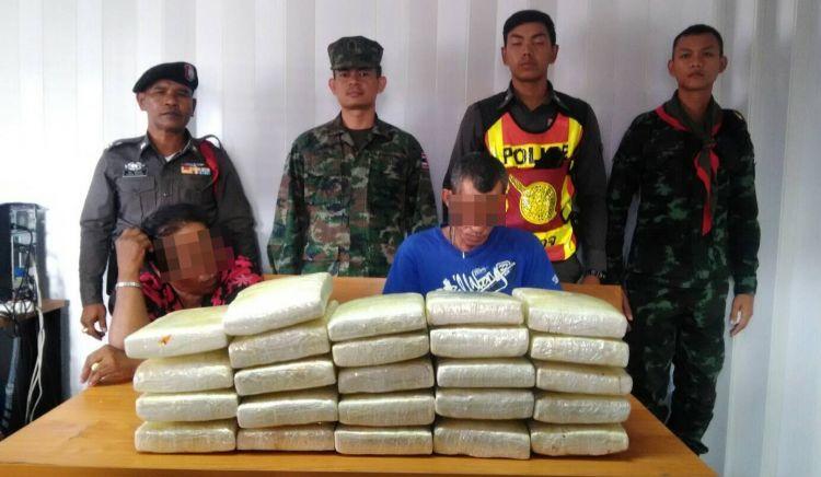 Полиция Пхукета при поддержке военных задержала наркокурьеров, пытавшихся ввезти на остров 23 кг марихуаны. Наркотики были обнаружены в автомобиле, остановленном для проверки на КПП Та-Чат-Чай. Перехваченный груз полиция оценила в полмиллиона бат