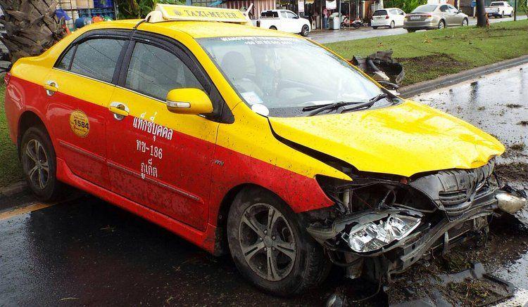 Две идентичных аварии произошли утром 12 августа у Home Pro в Таланге  Два водителя не справились с управлением своими транспортными средствами на Thepkrasattri Rd. утром 12 августа