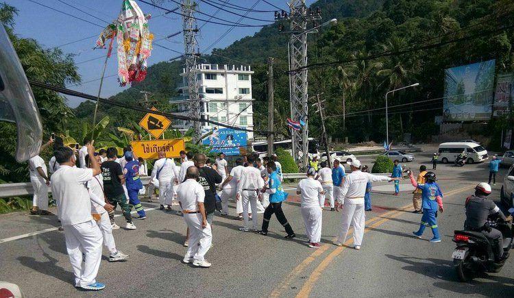 Пхукет призвал духов на помощь в борьбе с авариями на холме в Патонге .Спасатели Kusoldharm Foundation организовали процессию на холме Patong Hill и на улицах Патонга, призвав китайских богов на помощь в предотвращении дорожных аварий