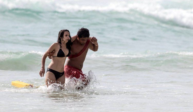 Четырех француженок спасли из отбойного течения на Сурине.  Пхукетские спасатели благополучно доставили на берег четырех туристок из Франции, попавших в отбойное течение на пляже Сурин