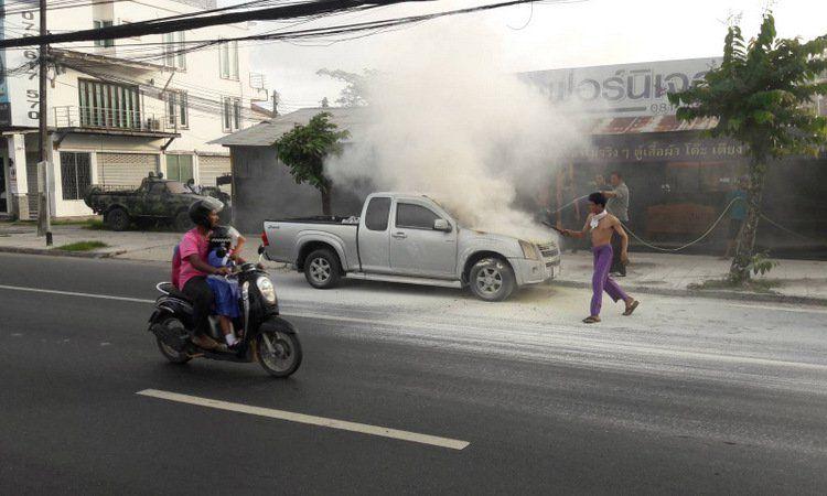 Пикап с женщиной и детьми загорелся на главном шоссе Пхукета.Жительница Пхукета и двое детей школьного возраста во время успели покинуть автомобиль, когда у него из-под капота повалил дым