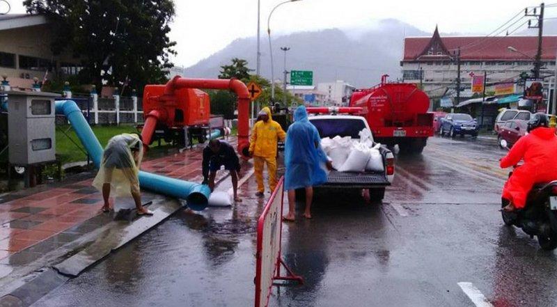 Муниципалитету удалось защитить проезжую часть в районе Patong Hospital от традиционного затопления. Сделать это получилось за счет размещения мешков с песком рядом с работающими помпами и коллектором ливневой канализации