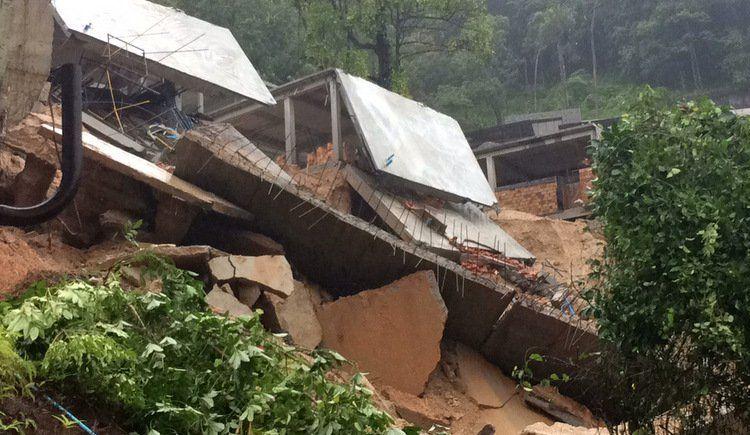 Из-за оползня в Камале эвакуированы 12 домов. Официальные лица не получали сообщений о жертвах в результате оползня в Камале, однако жители 12 домов были эвакуированы