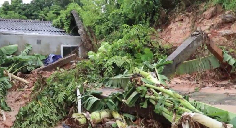 Сильные дожди вызвали оползень в Рассаде, в результате которого были повреждены 10 домов на Soi Lookkeaw
