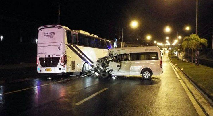 Минивэн врезался в припаркованный на обочине дороги автобус в северной части Пхукета около 1:20 ночи 19 сентября. Авария произошла на трассе 4026, ведущей от Thepkrasattri Rd. к международному аэропорту Пхукета
