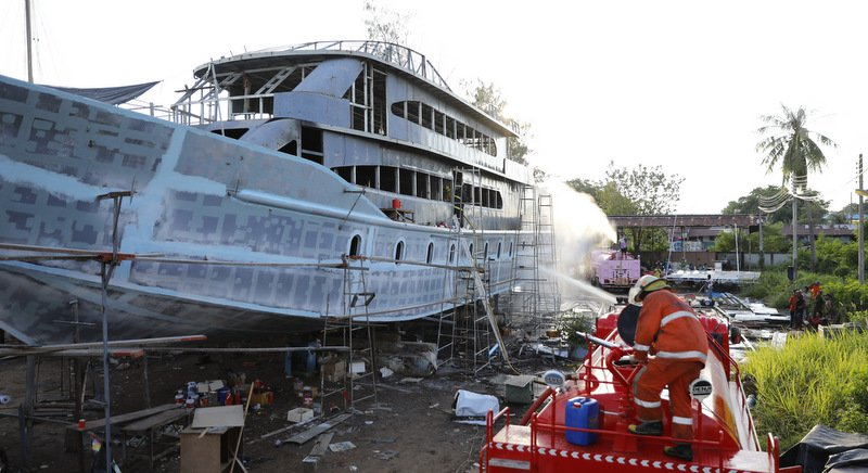 Экскурсионное судно стоимостью около 30-40 млн бат загорелась на стапелях верфи Sikij Shipyard на острове Сирэ во второй половине дня 16 ноября