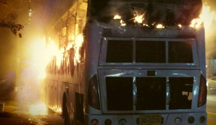 Автобус с группой возвращавшихся с экскурсии китайских туристов загорелся на шоссе вечером 25 ноября
