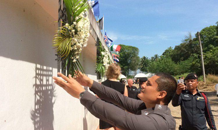 Пхукет почтил память жертв азиатского цунами 2004 года. Памятная церемония прошла в 13-ю годовщину трагедии у Мемориальной стены (Tsunami Memorial Wall) в Май-Кхао