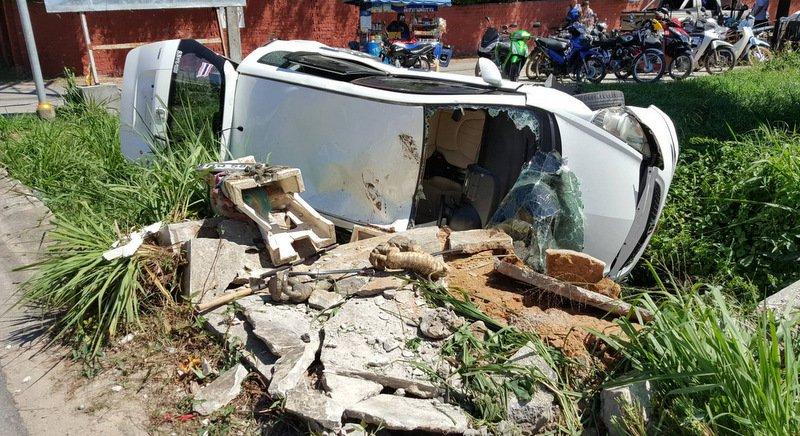 Автомобиль снес домик духов в Раваи