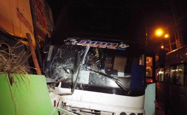 Автобус с туристами разбился на спуске с холма в Патонге. Гражданка Таиланда и четыре туриста из Китая были госпитализированы