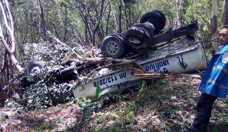 Грузовой автомобиль для доставки воды пробил ограждение на дороге Кату-Патонг и вылетел с проезжей части утром 22 марта
