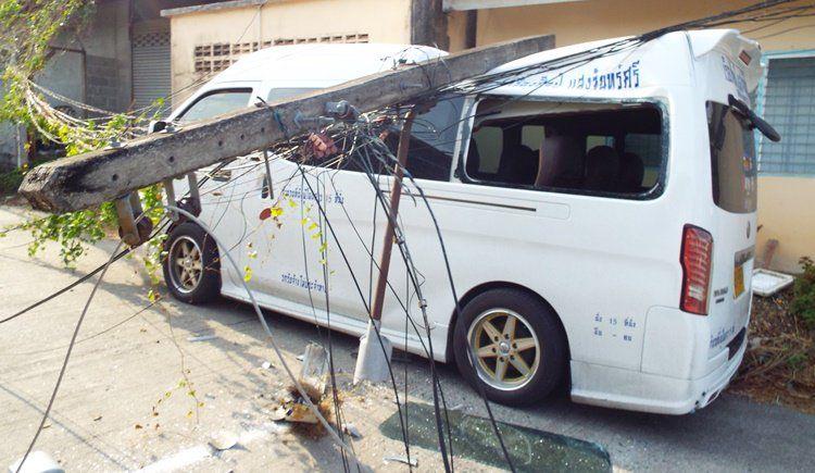 Перевозивший секцию башенного крана автомобиль зацепил грузом провода и обрушил пять мачт электропередач в Кату во торой половине дня 24 марта