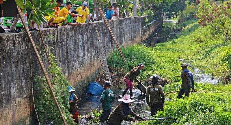 В Пхукет-Тауне начали чистить каналы от мусора перед сезоном дождей