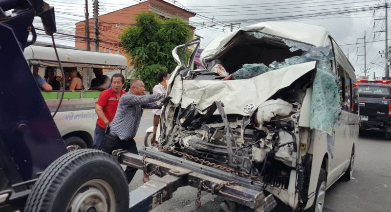Около полудня 25 апреля в результате столкновения минивэна и грузового автомобиля в Чалонге пострадали восемь человек, включая четырехлетнего ребенка