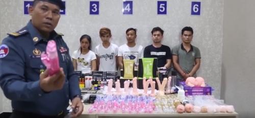 В Камбодже полицейский арестовал продавцов секс-игрушек и потряс на камеру дилдо