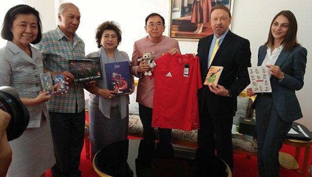 Посол РФ передал тайскому министру подарки для спасенных из пещеры детей