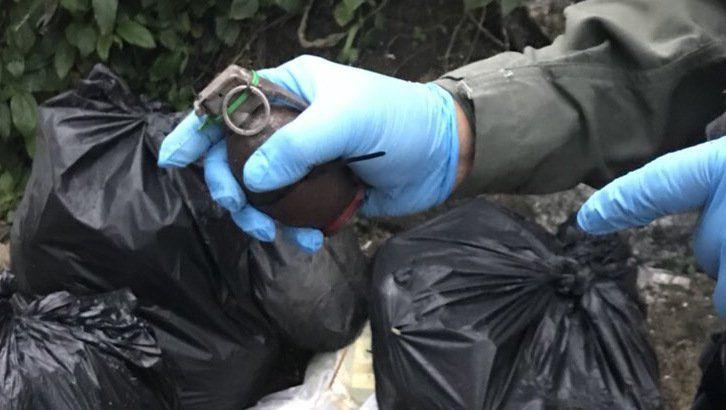 Осколочную гранату М26 нашли на обочине улицы Soi Pluk Jae в поселке Ката в среду, правоохранительные органы изучают записи с камер видеонаблюдения в попытке установить личность человека, оставившего боевую гранату среди придорожного мусора