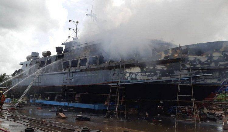 Туристическое судно загорелось во время проведения ремонтных работ на верфи Asian Phuket Marine and Dockyard во второй половине дня 6 августа. Пожар начался в тот момент, когда рабочие резали металлические конструкции