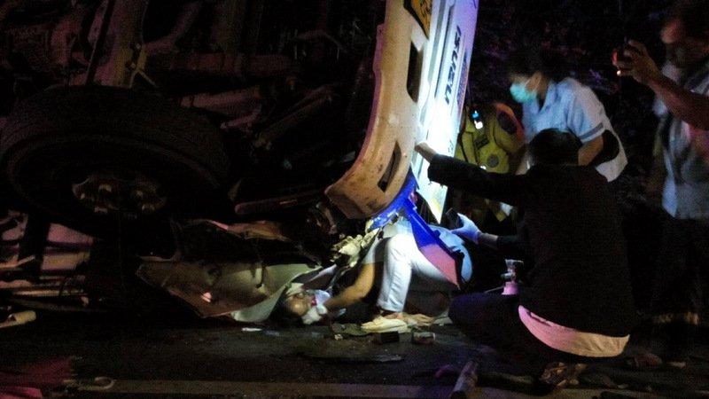 Водитель грузовика и его девушка получили травмы в результате ночной аварии, произошедшей около 1:00 вторника, 13 ноября, на Thepkrasattri Rd. в Май-Кхао