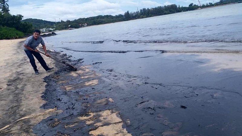 Разлив нефтепродуктов произошел около восточного побережья Пхукета. Виновник утечки морепродуктов пока не установлен, ведется проверка