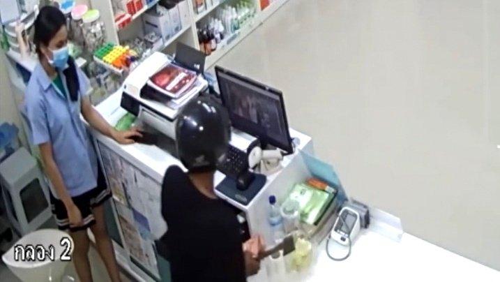 Полиция Пхукета задержала 25-летнего жителя Чалонга, совершившего с начала месяца три ограбления аптек в своем районе острова. Когда полицейские пришли арестовывать грабителя, тот был занят приготовлением экстракта из листьев наркотического растения