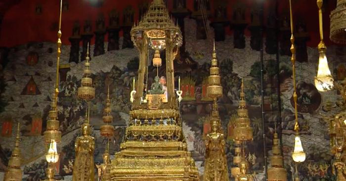 Королевская церемония смены облачения Изумрудного Будды