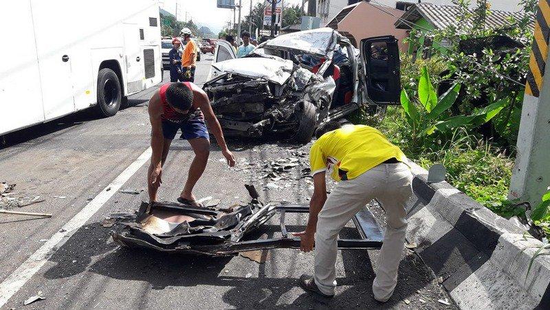 Дорожная авария с участием пикапа, мотоцикла и туристического автобуса произошла  на трассе 4311 в провинции Пханг-Нга. Четыре человека погибли